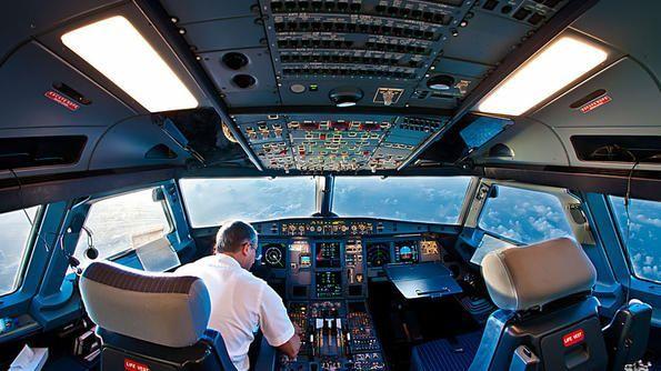 Как си говорят пилотите и ръководителите на полети? Голям смях (видео)