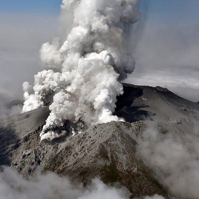 Неочаквано вулкан изригна в Япония, жена загина, десетки са ранени