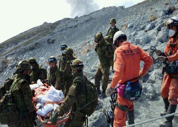 Тайфун и вулкан убиха над 60 човека в Япония