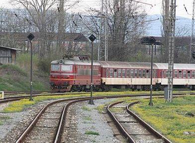 Пускат два влака един срещу друг, машинистите спират на косъм