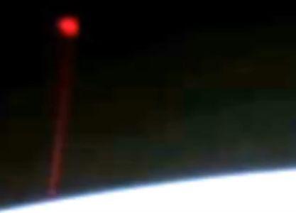 Странна червена сфера профуча край МКС (видео)