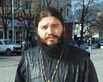 Сливенски свещеник започна битка срещу ваксинирането под строй