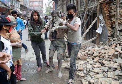 Загиналите при земетресението в Непал са над 1800