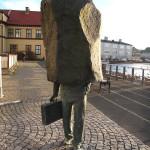 Паметник на държавния чиновник направо кърти (снимки)