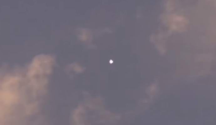 Парижанин засне как НЛО мете кемтрейли (видео)