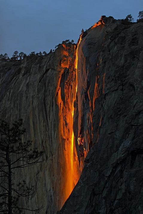 Изумителният огнен водопад Конска опашка (видео)