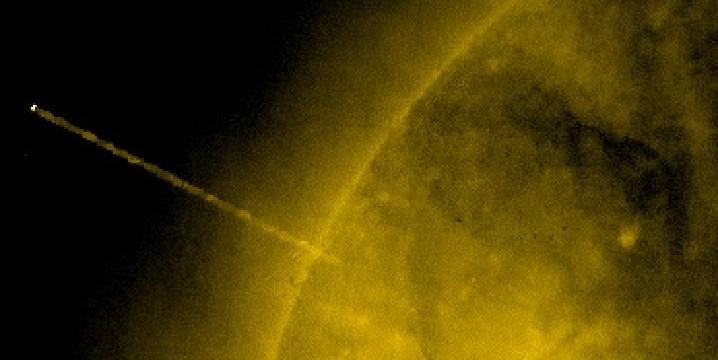 Странен обект, изпомпващ Слънцето ни, взриви интернет (снимки)