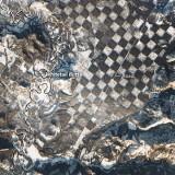 Астронавт засне шахматна дъска върху повърхността на Земята