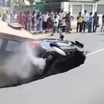 В огромна дупка на улица се срутиха автобус и лека кола (видео)