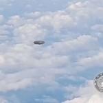 НЛО с необичайна форма пресече пътя на самолет (видео)