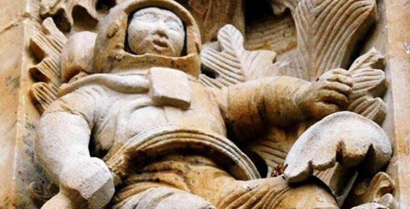 Загадъчен астронавт върху фасада на средновековен храм (снимки)