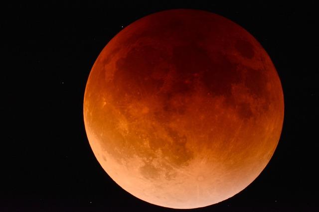 Астрономи: Гледайте смело лунното затъмнение, нищо не заплашва здравето ви