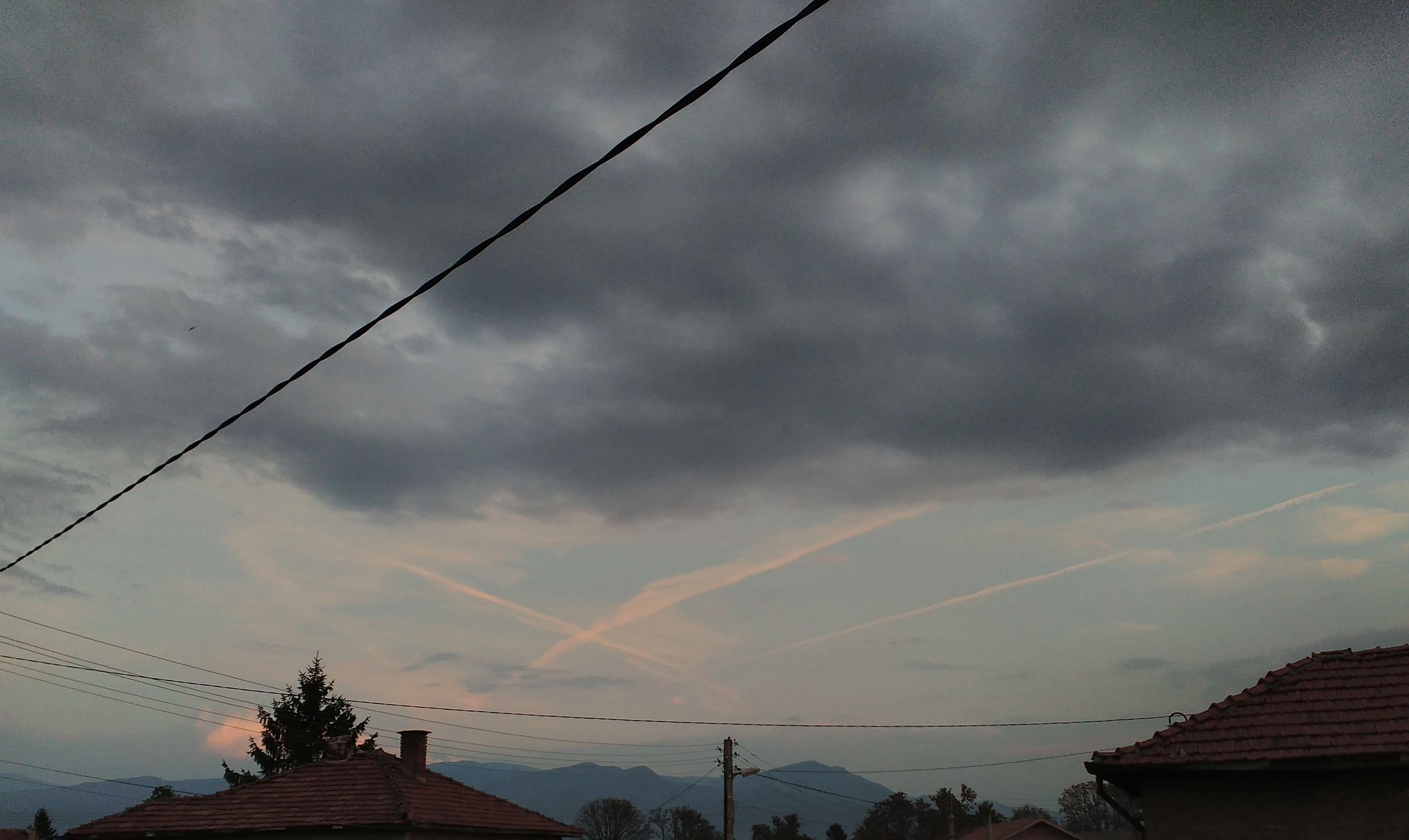 """Прекалено """"естествени"""" облаци в небето над Тракия"""