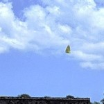 Заснеха странен летящ камък над индианска пирамида в Мексико (снимки)