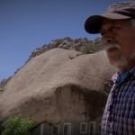 Запленен от 850-тонна скала мъж построява къщата си под нея (видео)