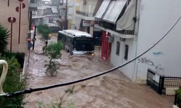 Силно земетресение и наводнения в Гърция, вулкан изригна в Япония