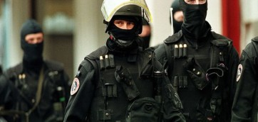 SPECIAL POLICE FORCES PASS BY A CGER/ASLK BANK OFFICE IN BRUSSELS.